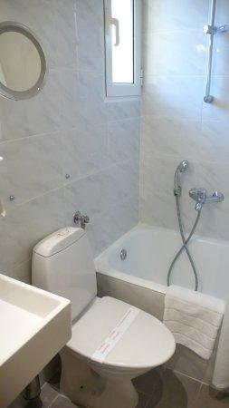 Philippos Hotel: Baño