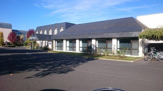 Novotel Amboise: Estacionamento.