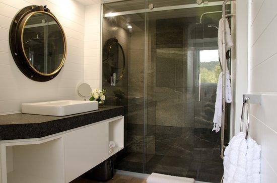 Rotorua District, Nya Zeeland: Bathroom for the Kingfisher Suite