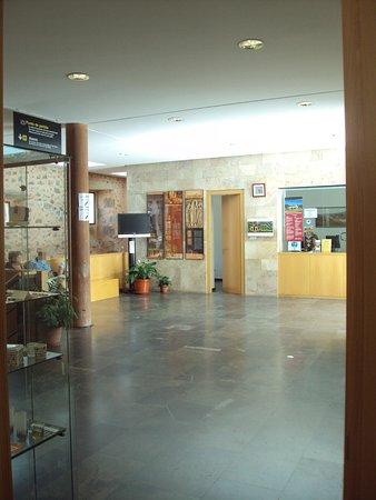 San Millan de la Cogolla, Spagna: Zona de espera para la visita y tienda.