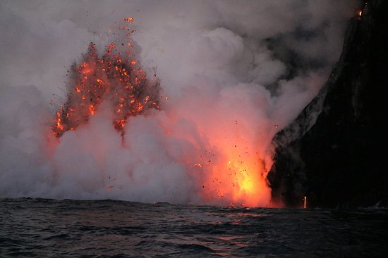 Pahoa, Гавайи: Volcanic fireworks as lava meets the ocean...Sunrise tour!