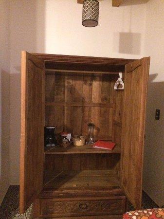Casa Alvarada: Armario con agua y muestra de café