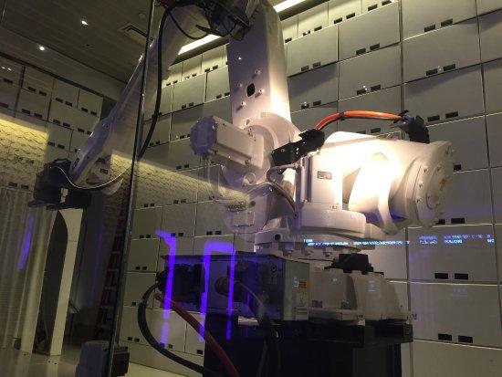 YOTEL New York: Yobot Luggage Storage
