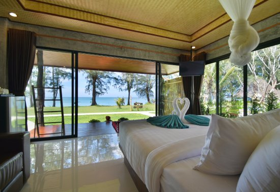 Long Beach Chalet: Beachfront villa with Spa bath view