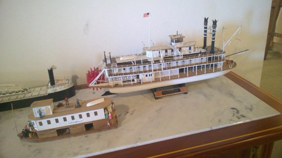Apalachicola Maritime Museum: Some of the dozens of riverboat models in the museum.