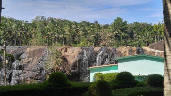 Kanyakumari District, Indie: האגמון נמצא למעלה וזו שורת המפלים