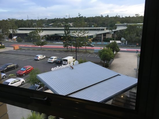 Travelodge Hotel Garden City Brisbane: View from room 340 - carpark