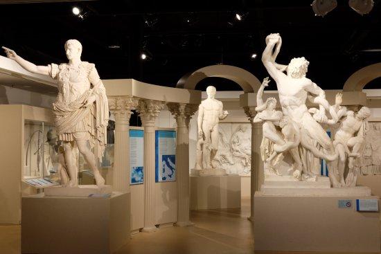 Urbana, IL: 다양한 문화권의 주요 조각상들을 전시 해 두었다