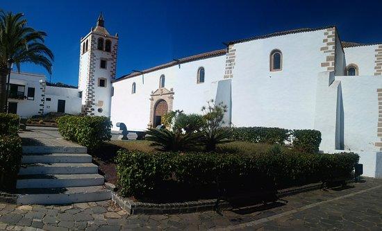 Natoural Adventure : Complesso chiesa nel paese di Betancurie.