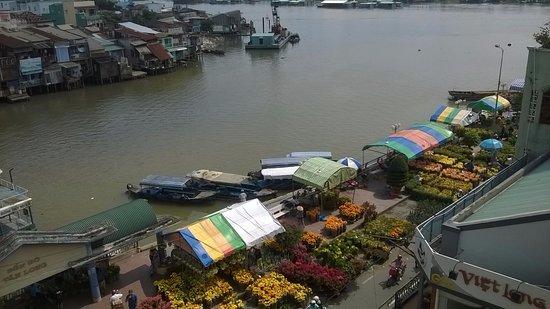 Song Tien Annex Hotel: 共用廊下からの眺め。テト正月用の花市の様子