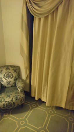 Pestana Palace Lisboa: Curtains dont cover the entire window. Llots of light entering the room even if curtains are clo