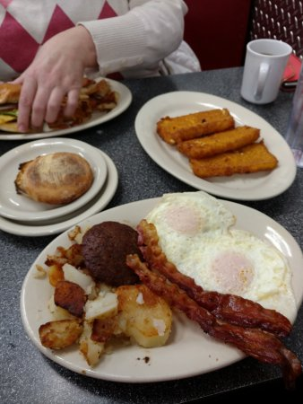 Canal Winchester, OH: Breakfast special with mush and maple syrup.