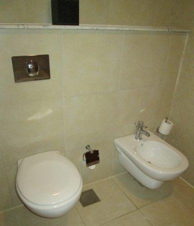 Ramada Chelsea Al Barsha: WC, Bidet