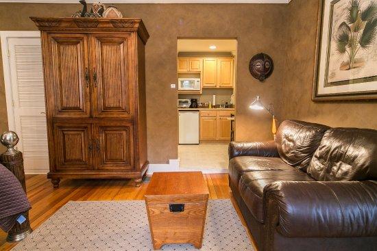 Saugatuck, MI: Sitting area and kitchenette, Kilimanjaro Suite