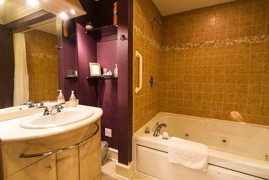 Saugatuck, MI: Bathroom with whirlpool tub for two, Kilimanjaro Suite