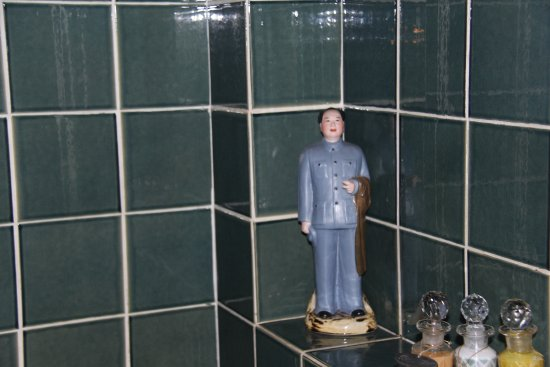 Satri House: Mao greets you as you shower