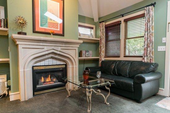 Saugatuck, MI: Sitting area with fireplace, the Tuscany Cottage