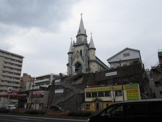 Miuracho Catholic Church: 国道から見上げると