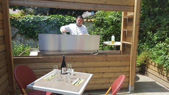 Restaurant Les Begonias: Laurent au grill dans notre patio intérieur