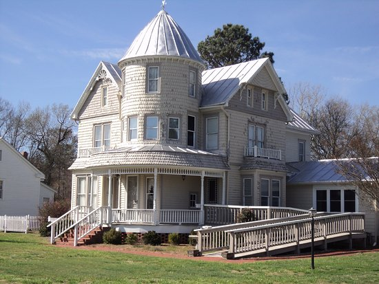 Belvidere, NC: Built in 1891, the inside has been restored and each room is a unique dining area.