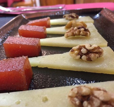 Isaba, Spain: postre: queso DO Roncal con membrillo y nueces