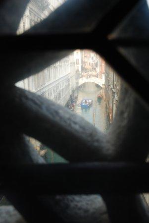 Ponte dei Sospiri: La vista desde El puente de los suspiros por dentro