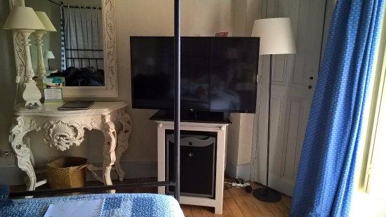 le montant du lit baldaquin est en plein milieu de la t l bild fr n hostellerie chateau des. Black Bedroom Furniture Sets. Home Design Ideas