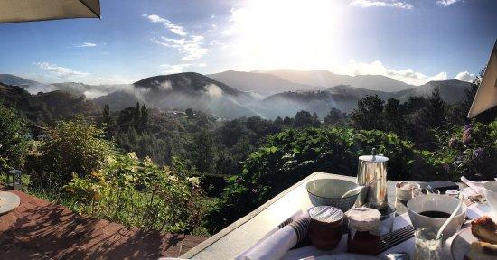 Bidarray, Frankrike: Terrasse le matin pour le petit déjeuner  Quelle vue !