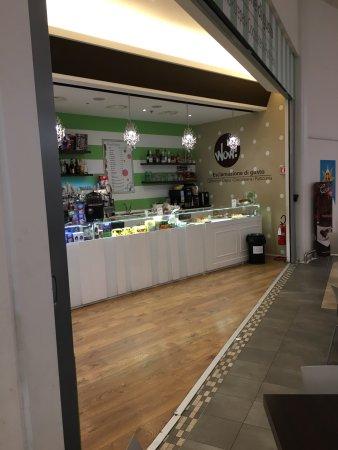 Camerano, Italia: Situato all'interno del centro commerciale Grotte Center ....
