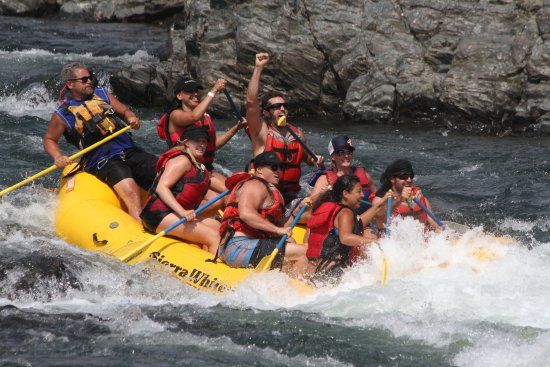Coloma, แคลิฟอร์เนีย: Rafters celebrate after splashing through Satan's Cesspool on the South Fork of the American Riv