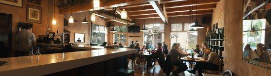 Vega del Codorno, Spain: Salon amplio y despejado, acogedor, grandes ventanales al jardin