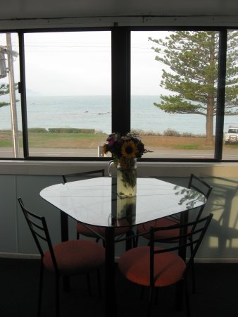 Seaview Motel: Fresh flowers and a wonderful view