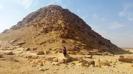 Dahschur Pyramiden: Pyramids of Dahshour, me there sitting at the bottom