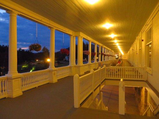 Omni Bretton Arms Inn at Mount Washington Resort : Porch - main hotel