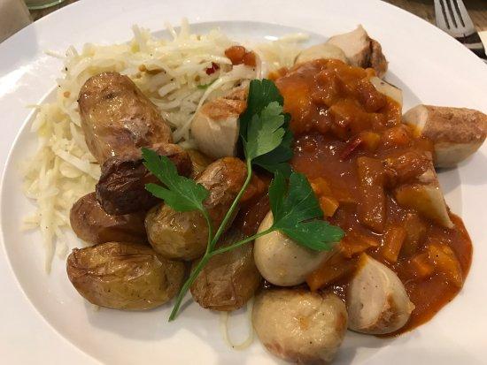 Waltrop, Deutschland: Currywurst mit Ofenkartoffeln und Krautsalat (Tagesgericht)