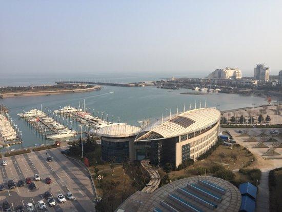 Rizhao, China: Eckzimmer mit Blick auf den Hafen