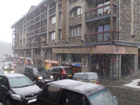 Hotel Piolets Soldeu Centre: Vista da rua (tirada da porta do hotel), quando nevava
