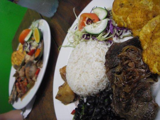 Manzanillo, Costa Rica: casado con bistec e mariscada,dietro,non male a vederli,ma poi siamo stati poco bene