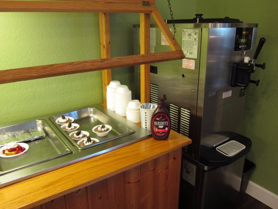 Branford, Flórida: End of the dessert bar and soft serve ice cream machine