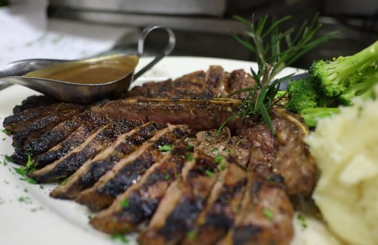 Island Park, NY: T-Bone Steak with Homemade Mashed Potatoes and Broccoli