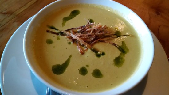 West Jefferson, Kuzey Carolina: Asparagus soup with herb oil and frizzled leeks.
