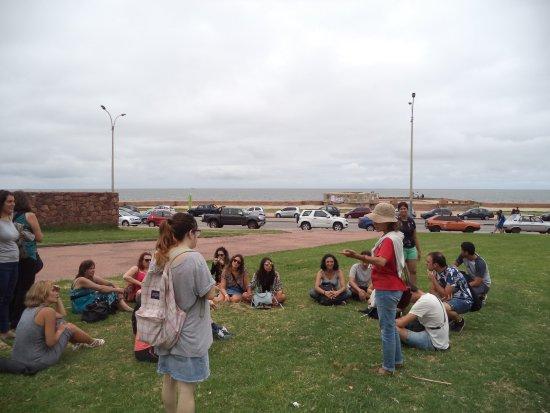 Departamento de Montevideo, Uruguay: Guia Virgínia com o grupo na parada em frente a Igreja Anglicana