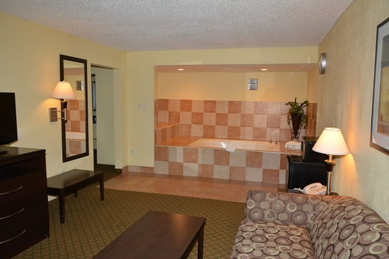 Quality Inn & Suites: Presidential Suite with Jacuzzi