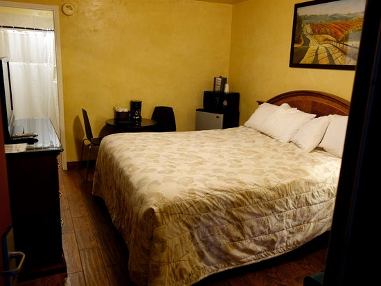 Cloverdale, CA: Small room