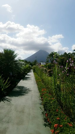 Hotel Arenal Montechiari: The view of the volcano from the walway between rooms.