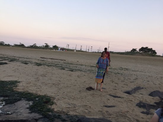 Keansburg, نيو جيرسي: Walking on wet sand of Keansburg Beach