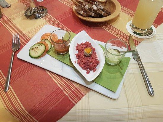 Herzberg am Harz, Almanya: Tatar und Harzer Brotzeit mit Käse in Tunke (*stinkt nicht und schmeckt*)
