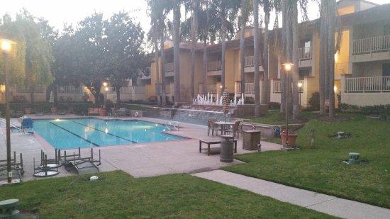 Milpitas, CA: War im Winter, sieht deshalb etwas trostlos aus. Der Pool ist aber super warm beheizt!