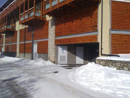 Residence Le Pic de l'Ours: Entrée du Parking de la résidence sur la gauche