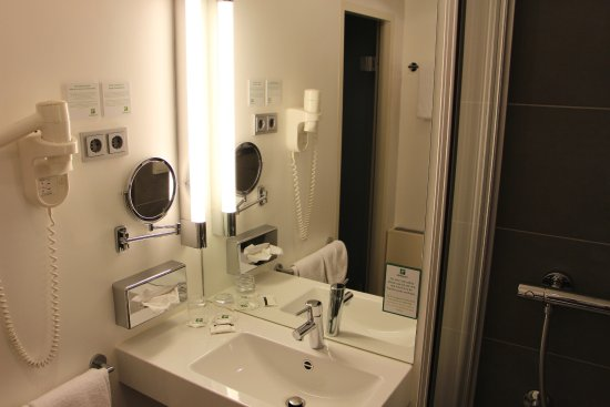 Standard Badezimmer - Bild von Holiday Inn Düsseldorf - Hafen ...